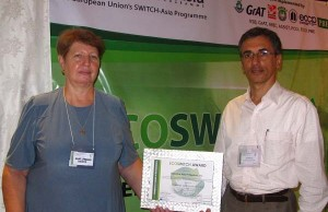 Photo shows DataOne Asia president and CEO Cyril Rocke (right) receiving the Ecoswitch Award from Ecoswitch project director Dr. Alena Labodova