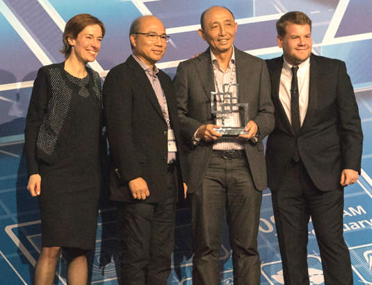 Smart CEO and president Napoleon Nazareno (2nd from right) receives the award with Smart chief operating advisor Orlando Vea (2nd from left) in Barcelona