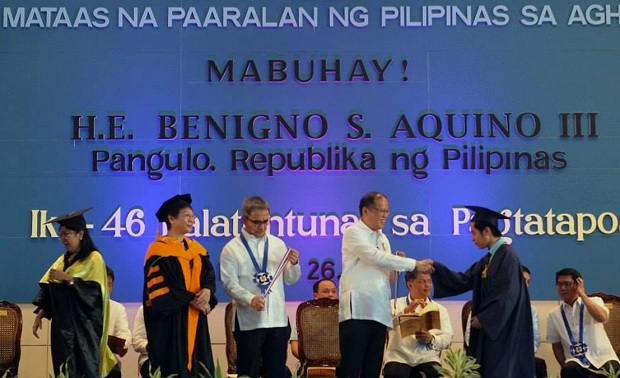 Photo shows President Aquino congratulating a PSHS graduate during the school?s 46th commencement exercises and 50th anniversary. Also in the photo are PSHS executive director Dr. Josette Biyo, DOST sec. Mario Montejo, DepEd secretary Armin Luistro and Quezon City mayor Herbert Bautista. (Photo by Gil Nartea, Malaca?ang Photo Bureau)