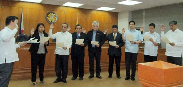 New Advisory Council (CAC) members are sworn in Comelec commissioner Christian Robert S. Lim (extreme left). Present are: (From L-R) Atty. Rona Ann V. Caritos of Lente, Usec. Casambre, Angel S. Averia Jr. of PHCERT, DOST asst sec. Raymund E. Liboro, Damian O. Mapa of ITAP, George C, Kintanar of CIOFF, John Paul C. Vergara of PPCRV, and Usec. Alberto T. Muyot of DepEd. Not Present is Rommel P. Feria of UP