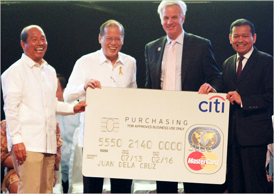 Pres. Benigno Aquino III receives a replica of the cashless card during the launch of the program in January. Also in photo are (from left) DBM secretary Florencio Abad, Citi?s vice chairman for corporate and investment banking Jay Collins and CEO for Citi Philippines Batara Sianturi. Photo credit: citibank.com.ph