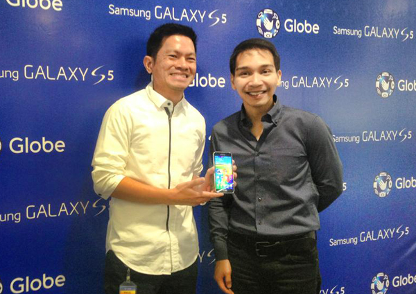 Globe VP for postpaid business and devices Raul Macatangay (left) and Samsung head of product marketing for IT and mobile Coco Domingo