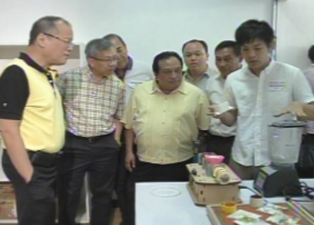 President Aquino inspects the facility with DTI sec. Gregory Domingo and Bohol gov. Edgar Chatto