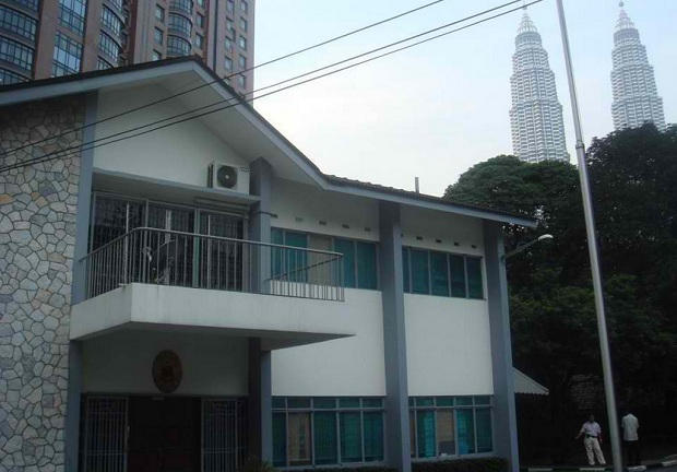 The Philippine embassy in Kuala Lumpur, Malaysia. The Petronas Twin Towers can be seen in the background. Photo credit: www.philembassykl.org.my
