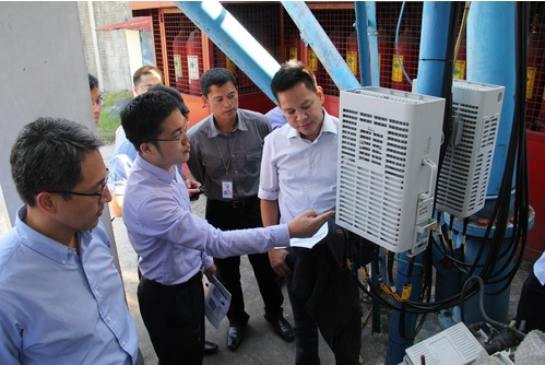 A representative from Huawei shows PLDT-Smart Technology Group head Rolando G. Pe?a (right) a TDD-LTE base station in one of Smart?s cell sites