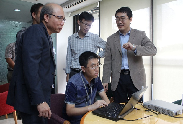 Smart Communications co-founder and chief wireless advisor Orlando B. Vea (first from left) during the test of LTE-A  in 2014