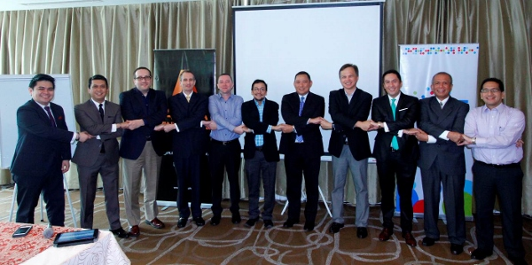 The Philippine Internet of Everything Consortium (PIoEC) newly elected chairman Dan Lachica (second from right) and vice chairman Jovy Hernandez (third from right) join hands with the elected founding board members and Smart representatives