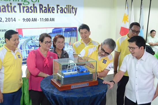 DOST secretary Mario G. Montejo (left) explains to Quezon City mayor Herbert Bautista (right) during the formal turnover of the Automatic Trash Rake Facility (ATR) project how the ATR can help clean the city's open canals and estuaries from garbage that goes all the way to San Juan River system that is blamed for the above-the-waist floods in the G. Araneta Ave. area and its nearby barangays. The locally designed ATR can collect solid wastes from canals and estuaries and serve as an alternative to existing foreign developed equipment that are stationed in Manila, Taguig, and Pasig pumping stations. (Photo by Gerardo Palad, DOST-STII)