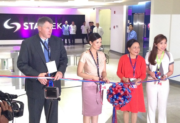StarTek CEO Chad Carlson (left) is joined by Sen. Cynthia Villar, Pasig City mayor Maribel Eusebio, and StarTek VP for operations Tonichi Achurra during the opening