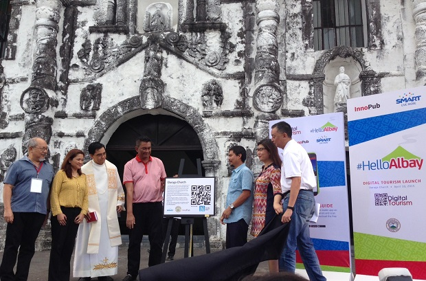 Officials from Smart, InnoPub, Albay provincial government, and Diocese of Legazpi unveil the digital marker and program at the centuries-old Daraga Church