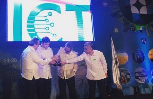 Sen. Ralph Recto switches  on the Free Wi-Fi Internet Access Project at the NSTW with top DOST officials
