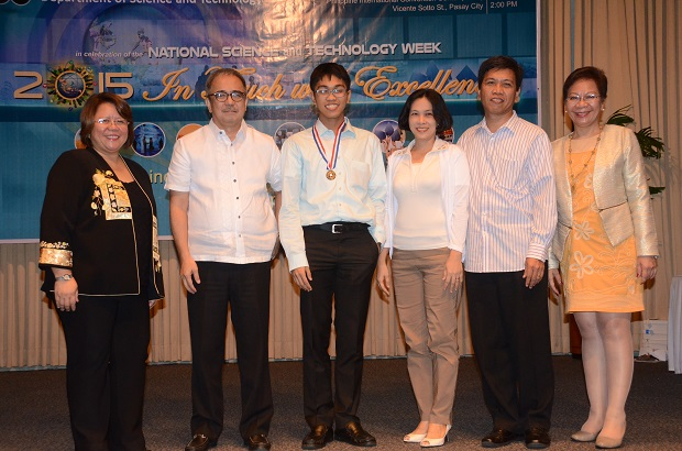 DOST scholar Ernest Nathan L. Nogales, summa cum laude graduate from UP Diliman with a degree in BS Chemical Engineering (middle) and his parents with (from left) DOST Usec. Dr. Rowena Cristina L. Guevara, DOST Sec. Mario G. Montejo, and DOST-SEI Dir. Dr. Josette T. Biyo (far right)