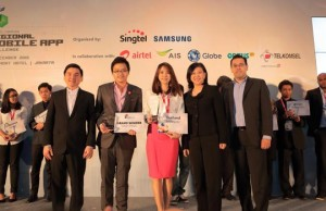 Photo shows (from left) Somchai Lertsutiwong (CEO of AIS, Thailand), Wongchindawest and Aliza Napartivaumnuay, Chua Sock Koong (Group CEO, Singtel), Edgar Hardless (CEO, Singtel Innov8)