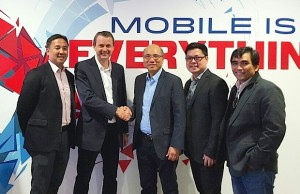 Greg Martin, senior advisor at SunLife (second from left) seal the deal with a handshake with Orlando B. Vea, president and CEO of Voyager Innovations (third from right). With them are: Mike Manuel, chief business development officer at SunLife (leftmost), Lito Villanueva,  Lito Villanueva, managing director for fintech, digital inclusion and alliances at Voyager Innovations (second from right), and Benjie S. Fernandez, chief operating officer at Voyager Innovations