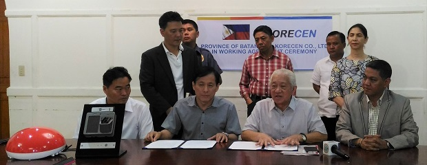Batangas Gov. Hermilando Mandanas (seated 2nd from right) briefs members of the media after signing a partnership agreement with South Korea's Korecen Company, represented by its CEO Suk Oh (seated 2nd from left), for a pilot project on LED lights with embedded CCTV cameras. At left is Roy del Rosario, CEO of Perl Tech Consulting International. Standing are Bettina Quimson (left), senior adviser of Batangas province, and Korecen director Joseph Park (right)