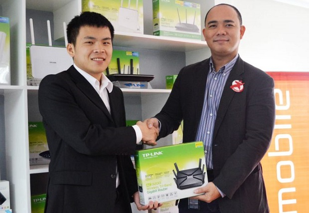 TP-Link Philippines country manager Sidney Zheng (Left) with Star Inc. chief operating officer Jerry Manus
