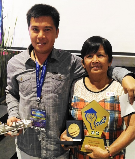 Grand winner Melchor Henosa with his mother Florentina Henosa