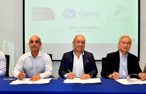 Photo shows (from left) Globe senior vice president for program governance Joel Agustin; PHAR managing director-Asia Prem Bhatia; Globe president and CEO Ernest Cu; LRMC president Jesus Francisco; and LRMC business development head Janet Bautista