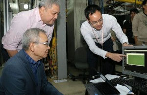 Photo shows Huawei product manager Daniel Peng pointing out to Smart executives Mario Tamayo and Ramon Isberto the consistent Gigabit-speeds achieved by the tests using carrier aggregation