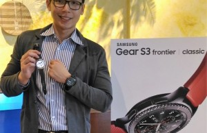 Ivan Pua, head of smartphone category at Samsung Electronics Philippines, displays the company's latest wearable offering