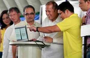 UP professor Mahar Lagmay (in yellow) points something to then President Aquino during the launch of Project Noah in 2012