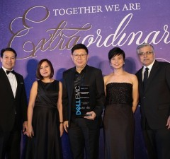 MSI-ECS president Jimmy Go (center) received the awards for the company