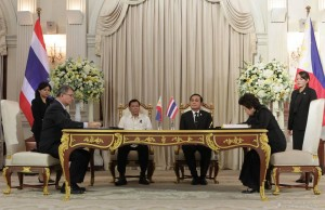 Pres. Rodrigo Duterte and Thai Prime Minister General Prayut Chan-o-cha witness the signing of the cooperation agreement in the field of science between DOST secretary Fortunato dela Peña and Science and Technology minister of Thailand Dr. Atchaka Sibunruang during a ceremony at the Government House in Bangkok on March 21