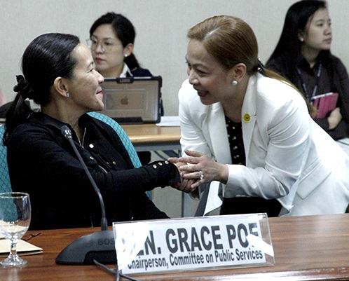 Sen. Grace Poe, chair of the Senate Committee on Public Services, shake hands with Smart chief financial officer (CFO) June Cheryl Cabal-Revilla during the continuation of the public hearing on the extension of the franchise granted to Smart Communications last week. The franchise granted to the telecommunications company will end on March 27, 2017