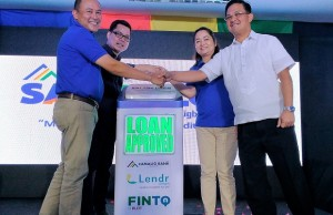 Photo shows (from left) Camalig Bank president Jose Misael B. Moraleda, FinTQ managing director Lito Villanueva, Camalig Bank COO Geraldine P. Moraleda, and Legazpi City mayor Noel E. Rosal launch the mobile-based loan application Lendr, which targets teachers and other government workers and private companies employees for their salary loan