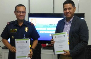 Photo shows (left to right) PNP Information Technology Management System (ITMS) director Edwin Jose Nemenzo and PTCI president Roy Del Rosario hold up the contracts for the implementation of the PNP's HRMIS with campus network, the first stage of PNP's enterprise resource planning system that is being developed as part of the PNP's modernization program