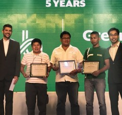 Grab Philippines country head Brian Cu (right) leads the recognition of the company's drivers, riders, and own employees