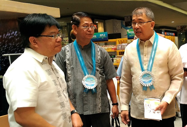 DOST secretary Fortunato de la Pe?a (center) is given a tour of an event in Iloilo