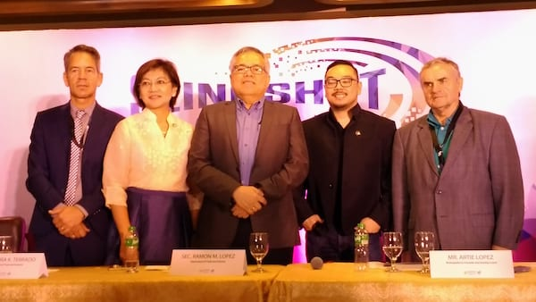 Trade Secretary Ramon Lopez (center) poses for a photo with delegates of the 2017 Slingshot ASEAN: Startup and Innovation Summit. From right to left are angel investor John Aston of the United States; Artie Lopez, Brainsparks co-founder and startup coach; Trade Undersecretary Nora K. Terrado; and Raineir Seider, head of Unit on Foreign Trade, European Economic Policy and Development Corporation, Ministry for Economics, Energy and Public Enterprises of Germany. (EKU)